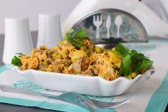 Σαλάτα με το συκώτι κοτόπουλου, τα καρότα, τα μπιζέλια και τα κρεμμύδια σε ένα άσπρο κύπελλο κατανάλωση έννοιας υγιής Στοκ φωτογραφίες με δικαίωμα ελεύθερης χρήσης