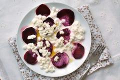 Σαλάτα με το τυρί εξοχικών σπιτιών, τα παντζάρια και το ελαιόλαδο Στοκ Φωτογραφία