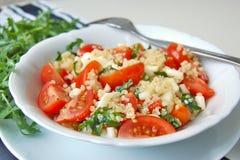 Σαλάτα με το arubula, την ντομάτα, quinoa και το τυρί Στοκ φωτογραφία με δικαίωμα ελεύθερης χρήσης