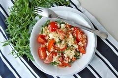 Σαλάτα με το arubula, την ντομάτα, quinoa και το τυρί Στοκ Φωτογραφίες