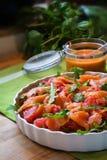 Σαλάτα με το arugula, γκρέιπφρουτ και καπνισμένος σολομός, ένα φρέσκο θερινό γεύμα για τον κρύο μπουφέ Στοκ φωτογραφία με δικαίωμα ελεύθερης χρήσης