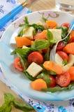 Σαλάτα με το arugula, τη μοτσαρέλα, και τη μαριναρισμένη κολοκύθα με το ελαιόλαδο στοκ εικόνες