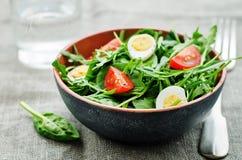 Σαλάτα με το arugula, το σπανάκι, τις ντομάτες και τα αυγά Στοκ Εικόνα