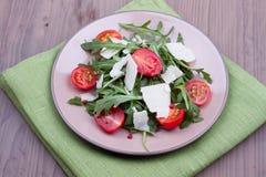 Σαλάτα με το ruccola και τις ντομάτες Στοκ Εικόνες