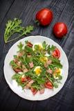 Σαλάτα με το rucola, την ντομάτα, τα αυγά και το ζαμπόν στοκ φωτογραφία με δικαίωμα ελεύθερης χρήσης