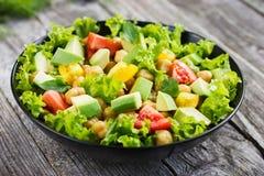 Σαλάτα με chickpeas, την ντομάτα και το αβοκάντο Στοκ φωτογραφία με δικαίωμα ελεύθερης χρήσης