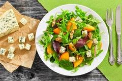 Σαλάτα με persimmon τις φέτες, μίγμα των φύλλων μαρουλιού, μπλε τυρί Στοκ φωτογραφίες με δικαίωμα ελεύθερης χρήσης