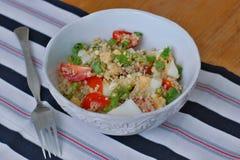 Σαλάτα με quinoa, την ντομάτα, το αυγό, mung το φασόλι και το βασιλικό Στοκ εικόνα με δικαίωμα ελεύθερης χρήσης