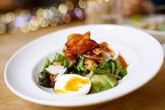 Σαλάτα μπέϊκον και αυγών στο μεγάλο πιάτο στον πίνακα στοκ φωτογραφία με δικαίωμα ελεύθερης χρήσης