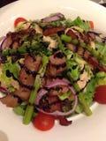 Σαλάτα μπέϊκον χοιρινού κρέατος σχαρών Στοκ εικόνα με δικαίωμα ελεύθερης χρήσης