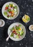 Σαλάτα νουντλς και λαχανικών ρυζιού υγιής χορτοφάγος τροφίμων Σε μια σκοτεινή ανασκόπηση στοκ φωτογραφία