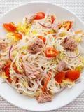 Σαλάτα νουντλς ρυζιού με τα ψάρια τόνου Στοκ Φωτογραφίες