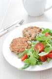 Σαλάτα ντοματών και arugula με patties ψαριών Στοκ φωτογραφία με δικαίωμα ελεύθερης χρήσης