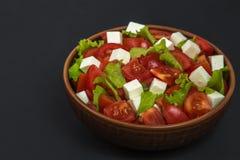 Σαλάτα ντοματών με το μαρούλι και το τυρί Διάστημα για να παρεμβάλει το κείμενο Στοκ Εικόνα