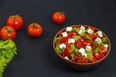 Σαλάτα ντοματών με το μαρούλι και το τυρί Διάστημα για να παρεμβάλει το κείμενο Στοκ φωτογραφία με δικαίωμα ελεύθερης χρήσης