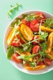 Σαλάτα ντοματών με το arugula πέρα από το πράσινο υπόβαθρο Στοκ Εικόνες