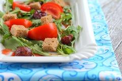 Σαλάτα ντοματών, φράουλες, arugula, croutons Στοκ Εικόνα