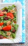 Σαλάτα ντοματών, φράουλες, arugula, croutons Στοκ εικόνα με δικαίωμα ελεύθερης χρήσης