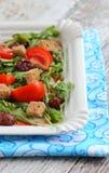 Σαλάτα ντοματών, φράουλες, arugula, croutons Στοκ εικόνες με δικαίωμα ελεύθερης χρήσης