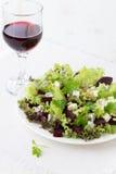 Σαλάτα παντζαριών με τα καρύδια μπλε τυριών και πεύκων Στοκ Εικόνες