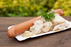 Σαλάτα πατατών με τα λουκάνικα Στοκ Φωτογραφίες