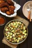 Σαλάτα πατατών με τα πασπαλισμένα με ψίχουλα φτερά κοτόπουλου Στοκ εικόνα με δικαίωμα ελεύθερης χρήσης