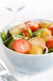 Σαλάτα πατατών με τις ντομάτες κερασιών και τα μπιζέλια χιονιού Στοκ φωτογραφία με δικαίωμα ελεύθερης χρήσης