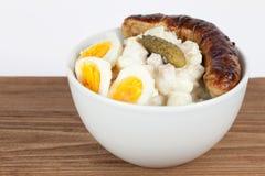 Σαλάτα πατατών με το ψημένο στη σχάρα λουκάνικο Στοκ εικόνες με δικαίωμα ελεύθερης χρήσης