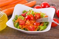 σαλάτα που βλασταίνεται στενή επάνω στο λαχανικό στοκ εικόνες