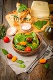 Σαλάτα που γίνεται με τις ντομάτες σπανακιού και κερασιών μωρών Στοκ εικόνες με δικαίωμα ελεύθερης χρήσης