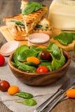 Σαλάτα που γίνεται με τις ντομάτες σπανακιού και κερασιών μωρών Στοκ Εικόνες