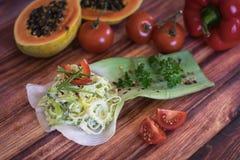 Σαλάτα που γίνεται με το πράσο και το κρεμμύδι Στοκ Φωτογραφία