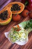 Σαλάτα που γίνεται με το πράσο και το κρεμμύδι Στοκ εικόνα με δικαίωμα ελεύθερης χρήσης