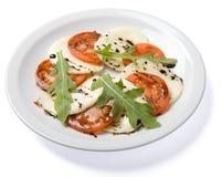 Σαλάτα που εξυπηρετείται στο άσπρο πιάτο. Στοκ Φωτογραφία