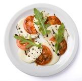 Σαλάτα που εξυπηρετείται στο άσπρο πιάτο. Στοκ φωτογραφία με δικαίωμα ελεύθερης χρήσης