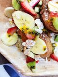 Σαλάτα προγευμάτων με την μπανάνα και τις φράουλες Στοκ φωτογραφίες με δικαίωμα ελεύθερης χρήσης
