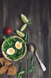 Σαλάτα προγευμάτων με το αυγό και arugula στο ξύλινο κύπελλο Στοκ Εικόνες
