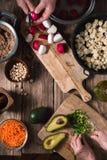 Σαλάτα προετοιμασιών από το ραδίκι, chickpea, το αβοκάντο και το καρότο Στοκ Εικόνες