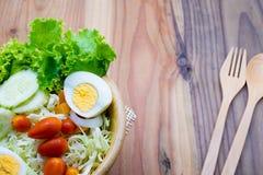 σαλάτα σε ένα ξύλινο κύπελλο στοκ εικόνες