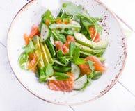 Σαλάτα σολομών με το αγγούρι, το arugula, το σπανάκι και το αβοκάντο Στοκ φωτογραφία με δικαίωμα ελεύθερης χρήσης