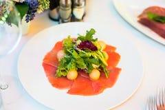 Σαλάτα σολομών με το arugula στοκ εικόνες