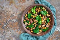 Σαλάτα σπανακιού και μανιταριών Στοκ εικόνα με δικαίωμα ελεύθερης χρήσης