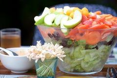 Σαλάτα στον πίνακα γευμάτων Στοκ εικόνα με δικαίωμα ελεύθερης χρήσης
