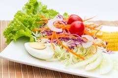 σαλάτα στο άσπρο πιάτο στον ξύλινο πίνακα Στοκ Εικόνα