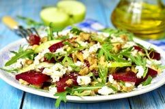 Σαλάτα τεύτλων με φέτα, το μήλο, το ξύλο καρυδιάς και το arugula Στοκ Εικόνα