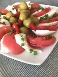 Σαλάτα της ντομάτας, της μοτσαρέλας και των ελιών Στοκ Εικόνα