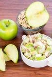 Σαλάτα της Apple με τα αμύγδαλα, τα ξύλα καρυδιάς και τους σπόρους κολοκύθας Στοκ Εικόνες
