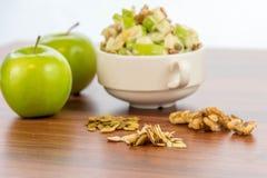 Σαλάτα της Apple με τα αμύγδαλα, τα ξύλα καρυδιάς και τους σπόρους κολοκύθας Στοκ φωτογραφία με δικαίωμα ελεύθερης χρήσης