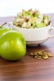 Σαλάτα της Apple με τα αμύγδαλα, τα ξύλα καρυδιάς και τους σπόρους κολοκύθας Στοκ Φωτογραφία