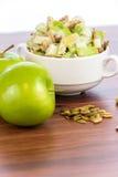Σαλάτα της Apple με τα αμύγδαλα, τα ξύλα καρυδιάς και τους σπόρους κολοκύθας Στοκ Φωτογραφίες
